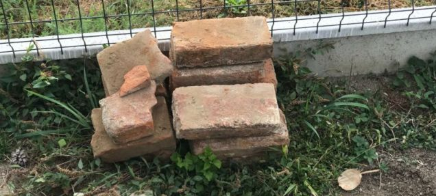 Szemételhelyezés a temetői konténerekbe