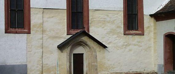 Szentkereszti templom, középkori alapokon, bélletes kapuval